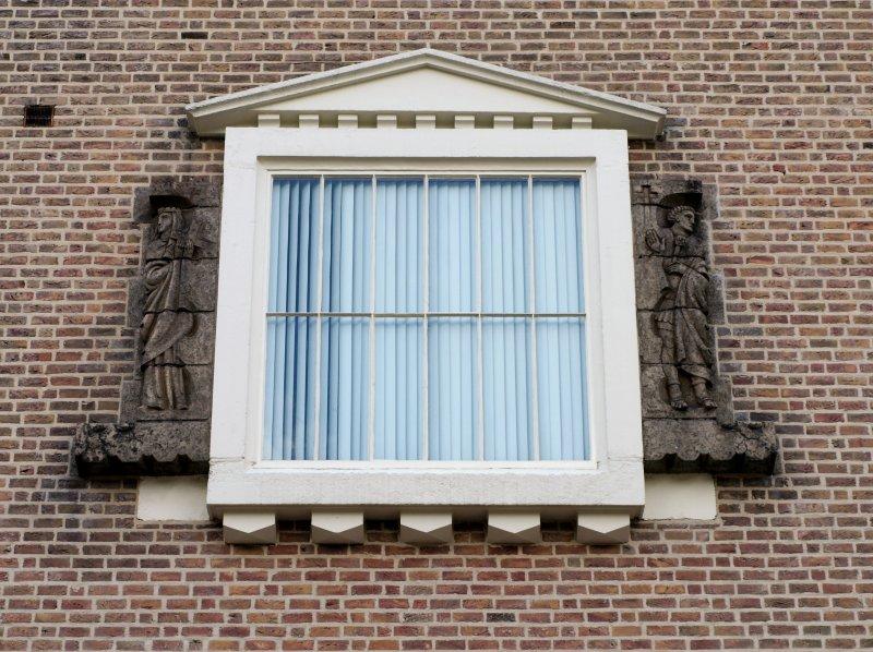 Constantijn de Grote en Sint Helena boven de ingang. Wim Harzing