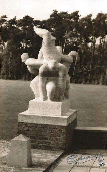 """Beeldhouwwerk """"Sportgroep"""" Wim Harzing 1958 bij het Nieuwe Eemland."""