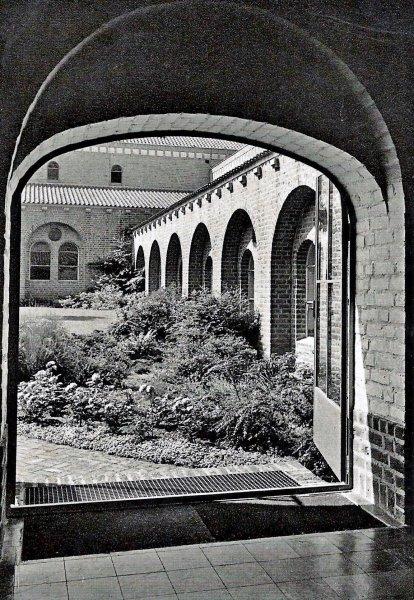 Doorkijkje naar de binnentuin van het voormalig Kruisherenklooster 1957. Nu: Leerhotel Het Klooster