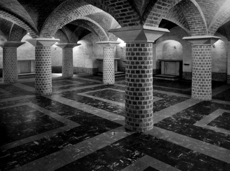 Crypte onder de kerk van het Kruisherenklooster Amersfoort 1957. Nu: Leerhotel het Klooster.