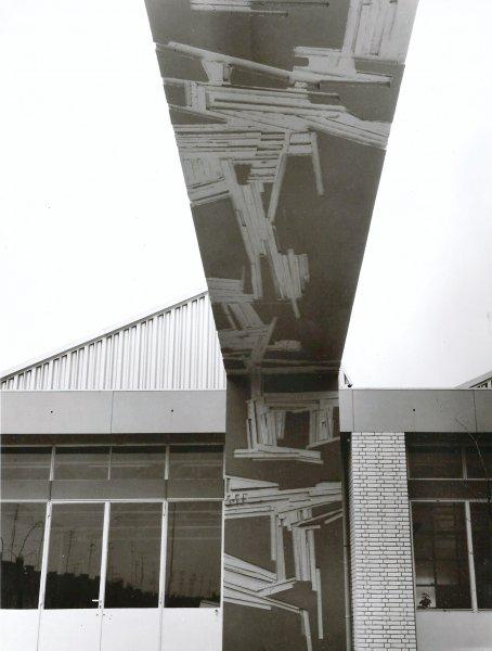 Reliëf in het beton van de poortomlijsting van Theo Mols uit Tilburg.