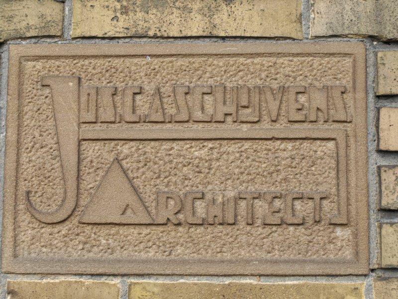 Piushaven 1 Tilburg. Plaatje met de naam van de architect in jaren 30 stijl, gemonteerd op de voormalige meelfabriek.