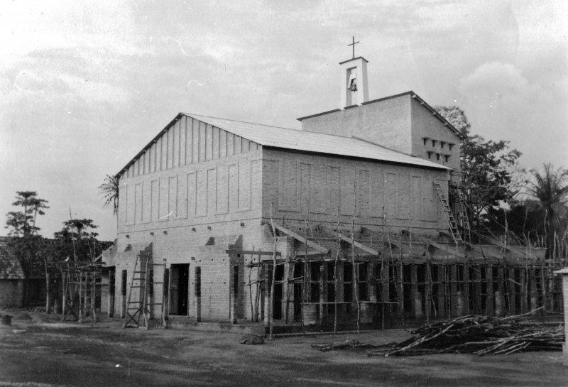 Kerk Bondo, Congo, in de steigers, 1960